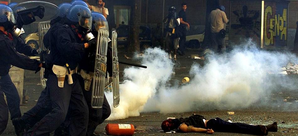 Corpo de Carlo Giuliani, militante assassinado com dois tiros a queima roupa pela polícia de Gênova